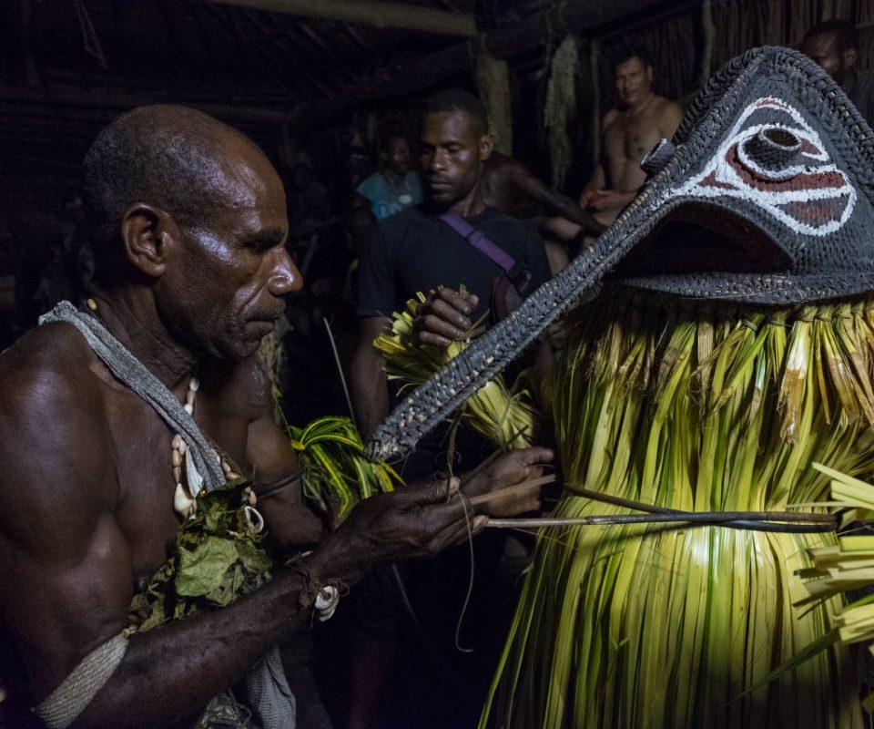 טכס חניכה בקרב שבטי התנין בפפואה ניו גיני